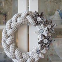 Diy Christmas Wraths 29 214x214 - 35+ Gorgeous DIY Christmas Wreath Ideas to Decorate Your Holiday Season